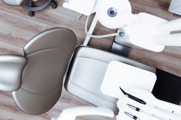 Krzesło dentystyczne w gabinecie stomatologicznym